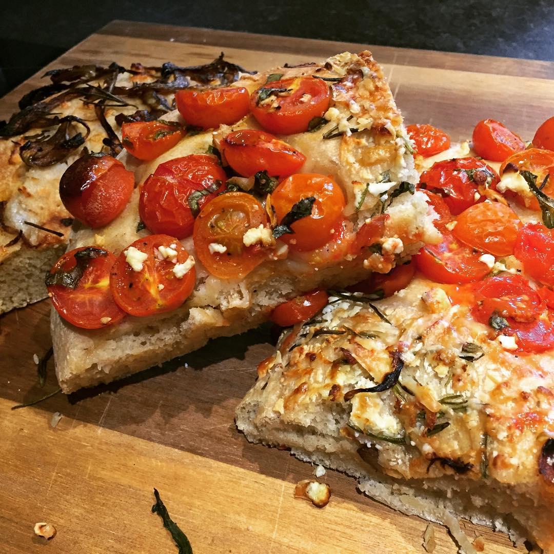 Sočna focaccia s mozzarellom i cherry rajčicama