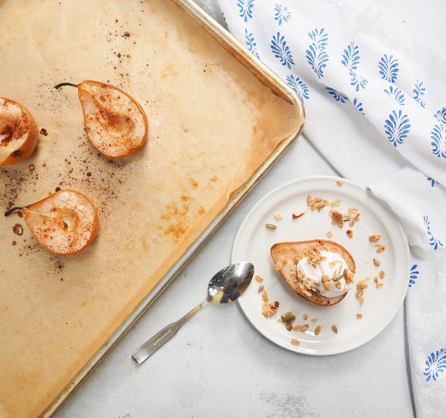 Slasne i aromatične, uz dodatak hrskavog topinga, pečene kruške desert su koji morate kušati