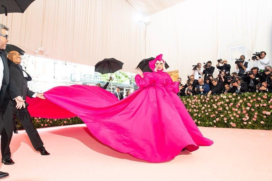 Lady Gaga se četiri puta presvukla na crvenom tepihu Met Gale. Pogledajte kako je to izgledalo
