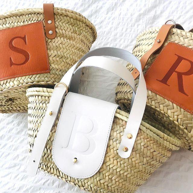 Ovog ljeta obožavamo slamnate cekere s personaliziranim inicijalima